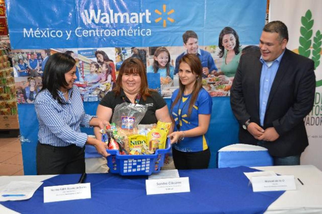 Norma Reyes, de Mensajeros de la Paz, Sandra Cáceres, de Walmart, y Manuel de la O, del Banco de Alimentos. Foto EDH/