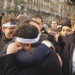 VIDEO: Hollande abraza a sobreviviente de Charlie Hebdo