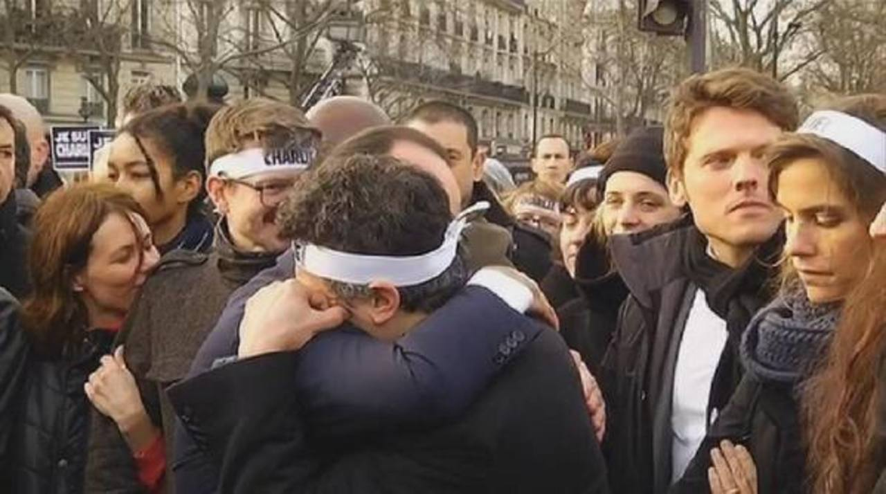 VIDEO: Hollande abraza a sobreviviente de Charlie Hebdo