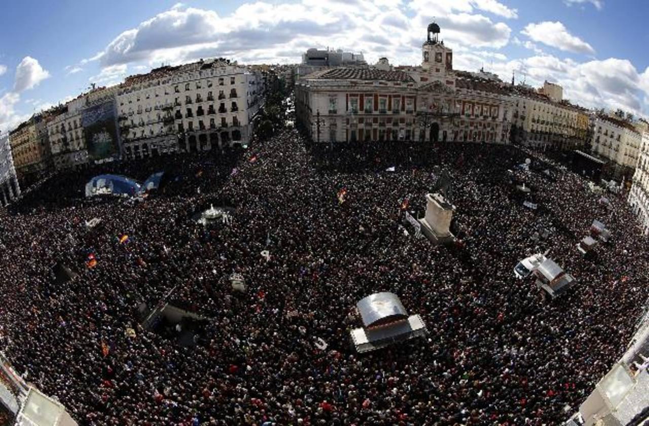 Vista de la Puerta del Sol de Madrid donde miles de personas se concentraron ayer en Madrid en apoyo a Podemos. edh / EFE.