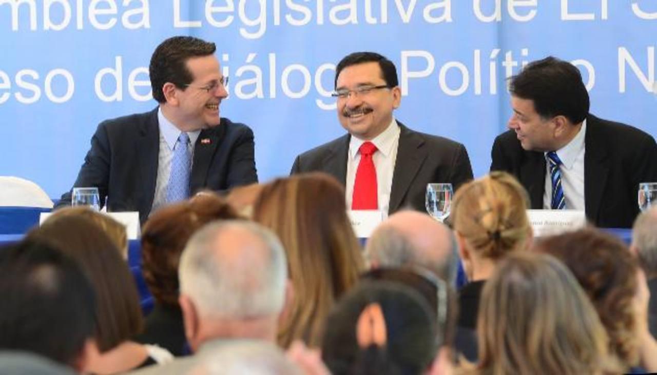 Los secretarios generales y presidentes de los partidos políticos expresaron su total respaldo al compromiso de diálogo político nacional. fotos edh / omar carbonero y mauricio cáceres