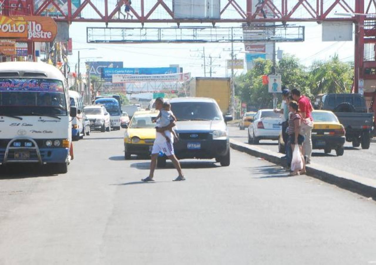 En la imagen se observa como varias personas junto a sus hijos se cruzan la calle y no usan la pasarela. Foto/ JENNY VENTURA