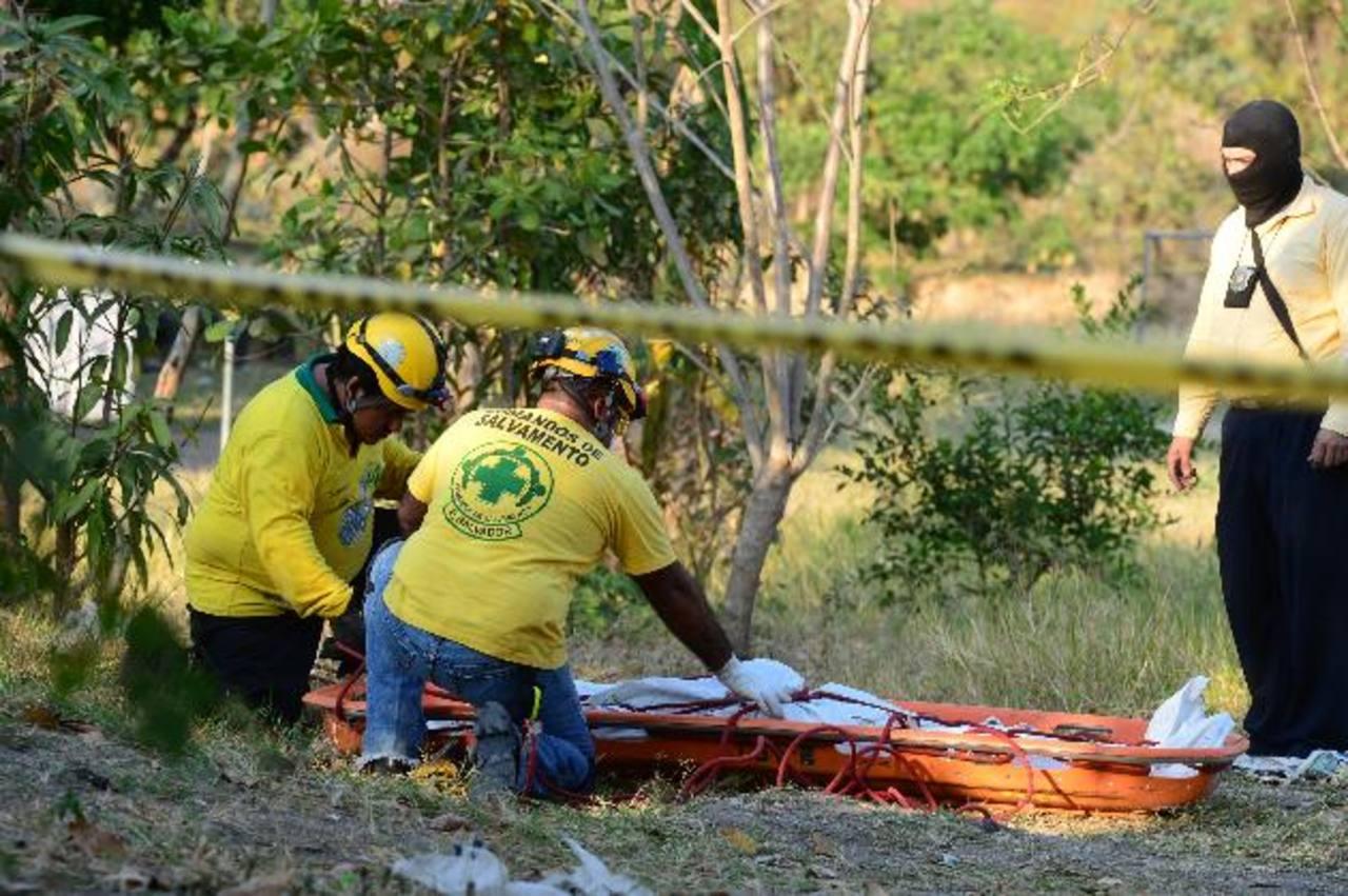 Las dos víctimas del sexo masculino de entre 20 y 25 años de edad no fueron identificadas. Las sacaron desde el fondo del río Acelhuate. Foto EDH / Mauricio Cáceres