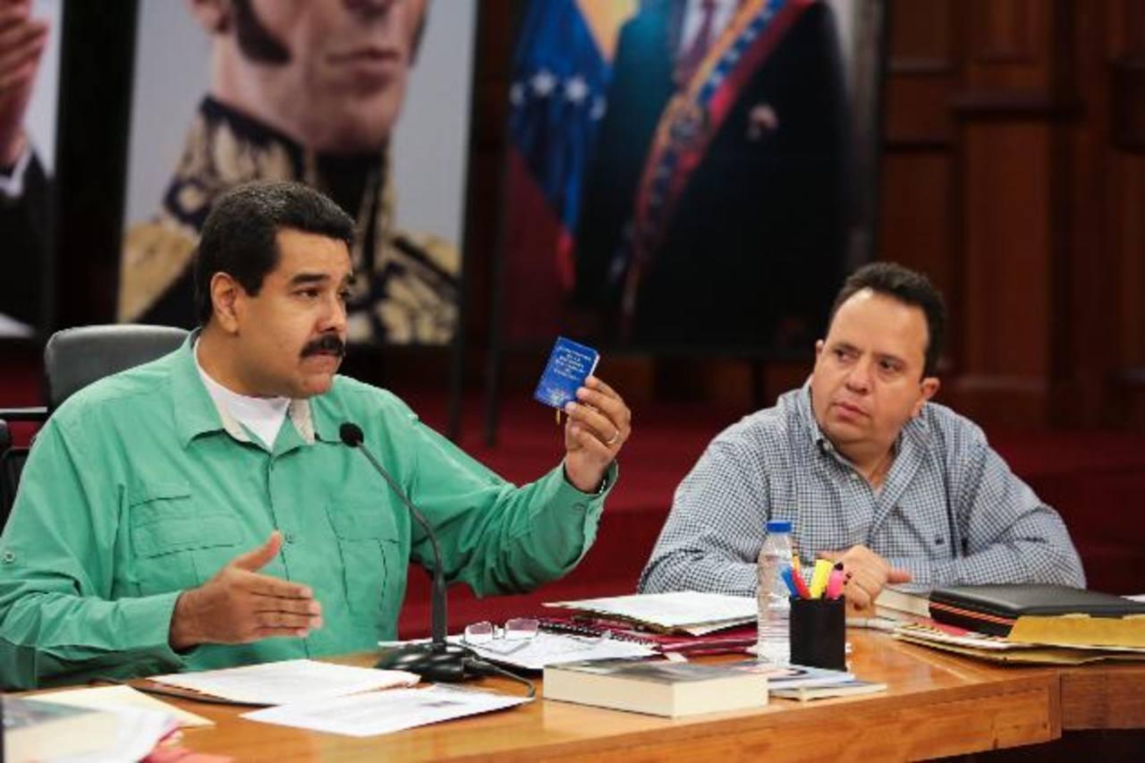 El gobernante, Nicolás Maduro (izq.), y del ministro para la Economía, Finanzas y Banca Pública, Rodolfo Marco Torre. Foto edh/efe