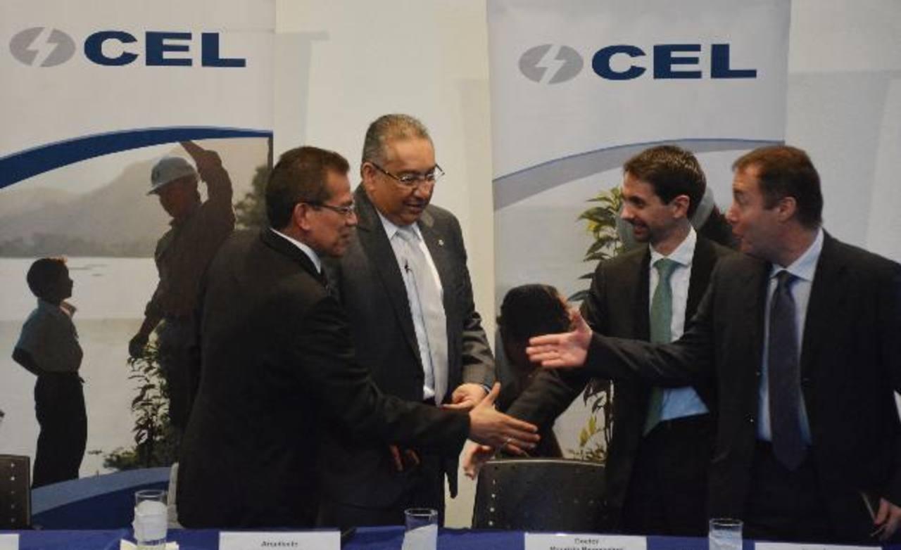 Los representantes de CEL y LaGeo (izq.), acompañados de altos ejecutivos de Enel luego de que se cerró el acuerdo.