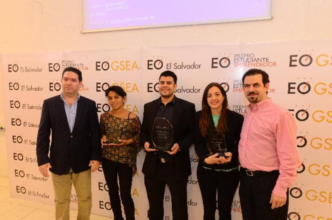 Los tres jóvenes ganadores del Premio Estudiante Emprendedor. Foto EDH / omar carbonero.