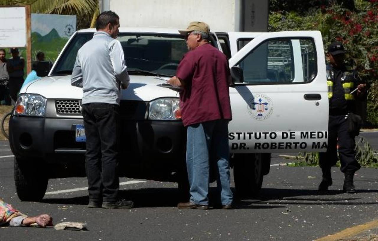 La víctima cayó del microbús y fue atropellada por otro vehículo Foto EDH/ Jaime Anaya