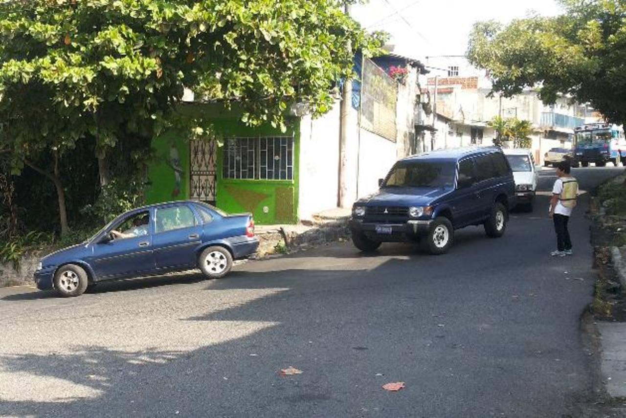 El cruce entre el final de la calle Lara, Avenida las Rosas y la calle al Cerro se complica en horas de mayor tráfico vehicular.