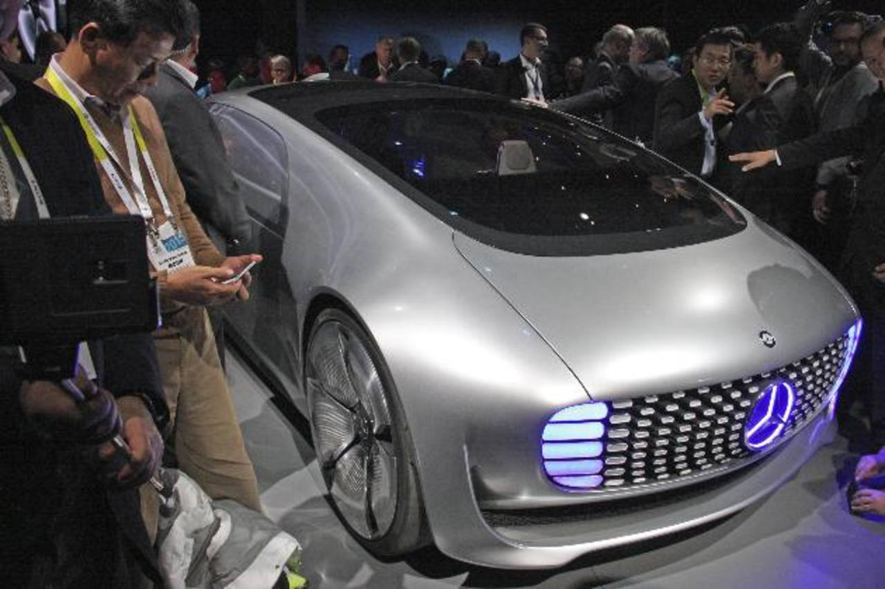 Visitantes rodean el coche sin conductor F015, presentado por el fabricante alemán Daimler.