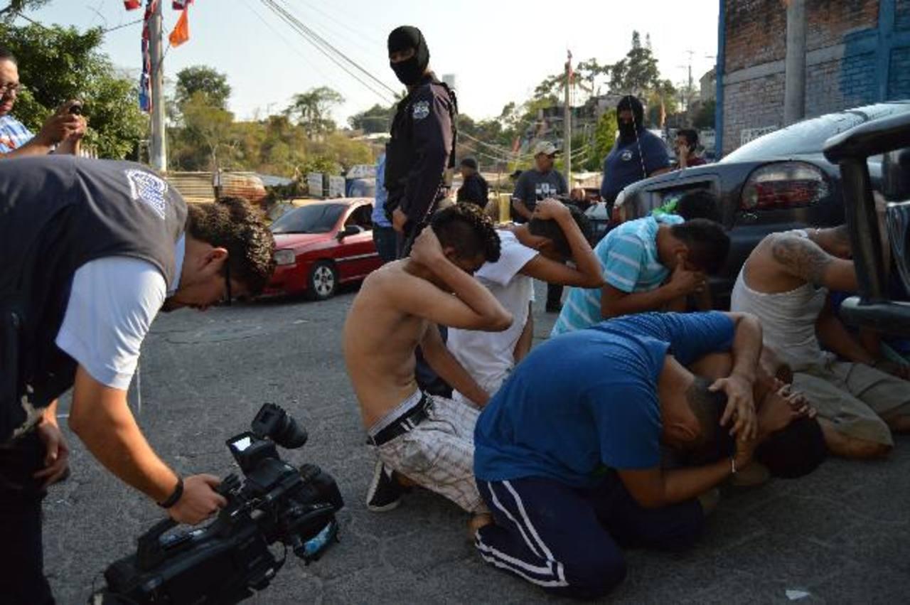 Unidades especializadas de la PNC realizaron el operativo en la comunidad Las Palmas, en la capital. Foto EDH
