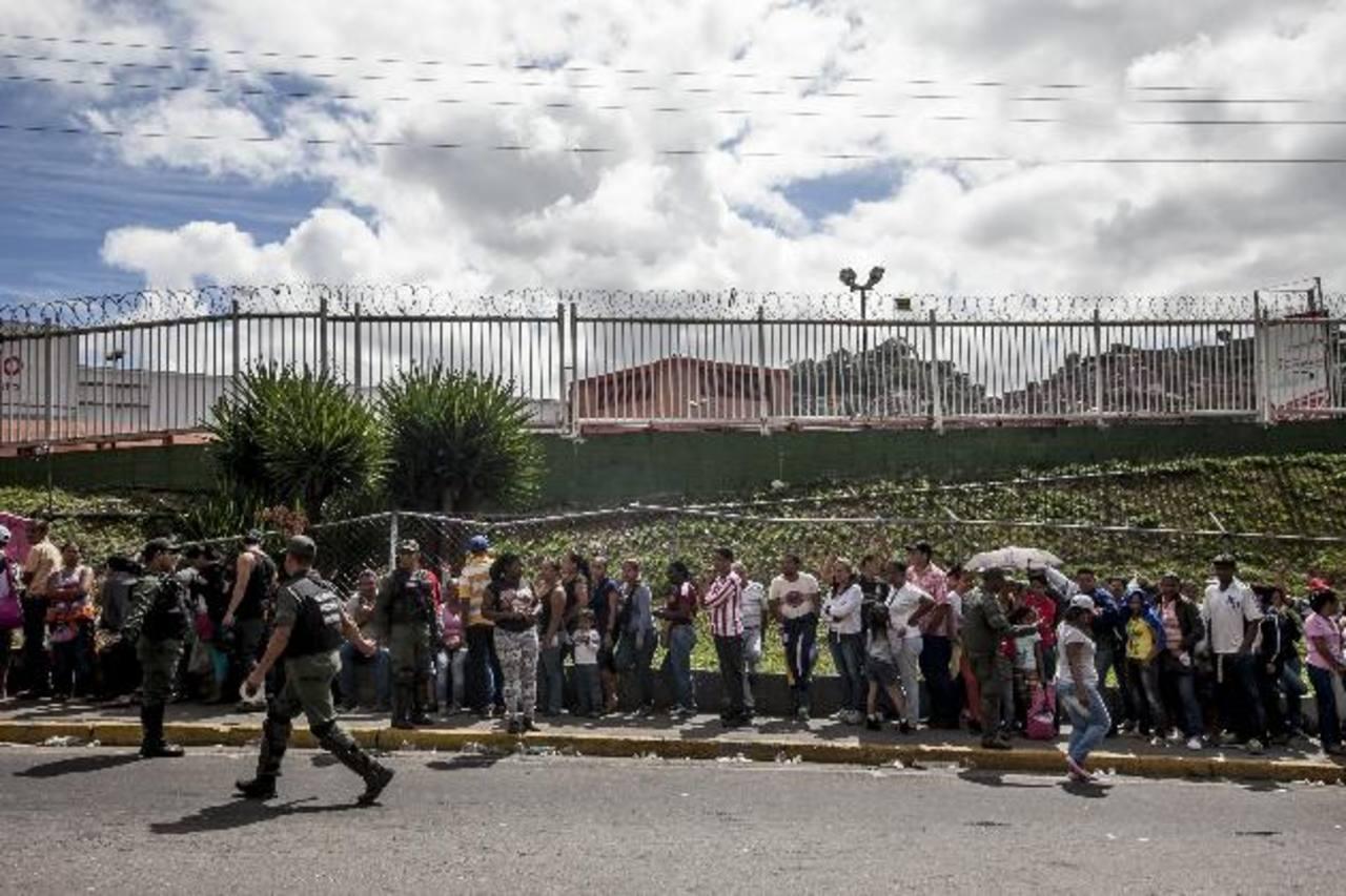 Decenas de venezolanos aguardan en la entrada de un supermercado Bicentenario, el pasado 9 de enero en Caracas, para poder comprar los productos básicos disponibles. foto edh /archivo