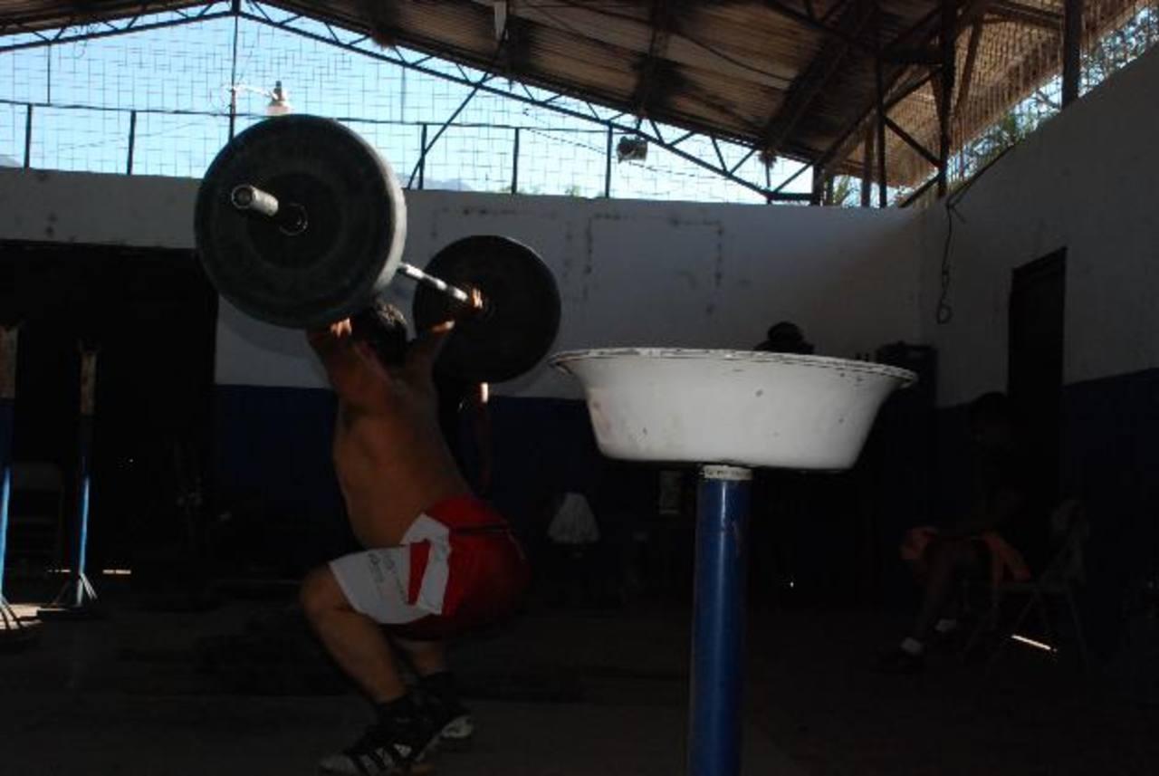 Las condiciones en la que entrenan los atletas son muy precarias, y las autoridades poco han hecho para rescatar esa disciplina del abandono. Foto EDH / Insy Mendoza