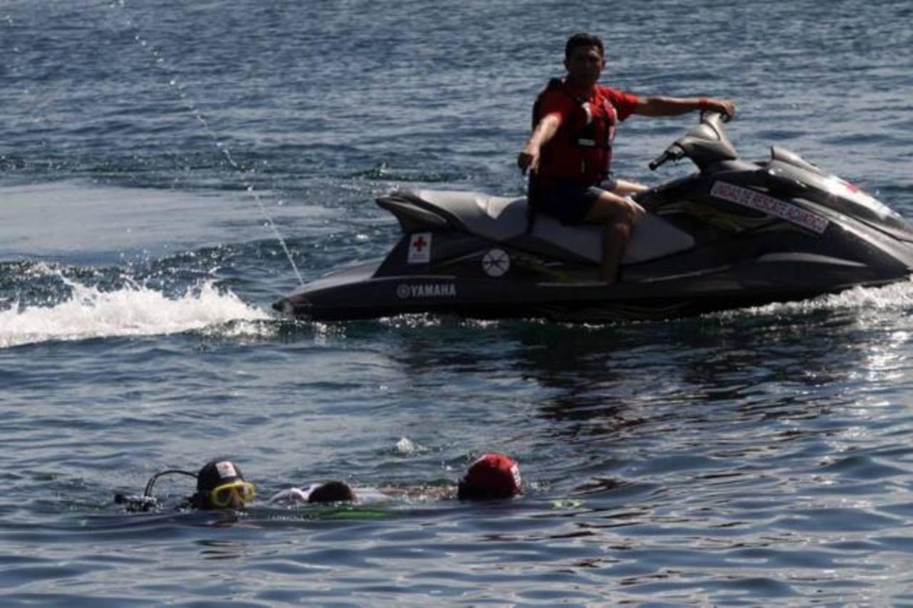 En el simulacro se utilizaron dos víctimas, realizando un rescate simple y uno subacuático. foto edh / cortesía