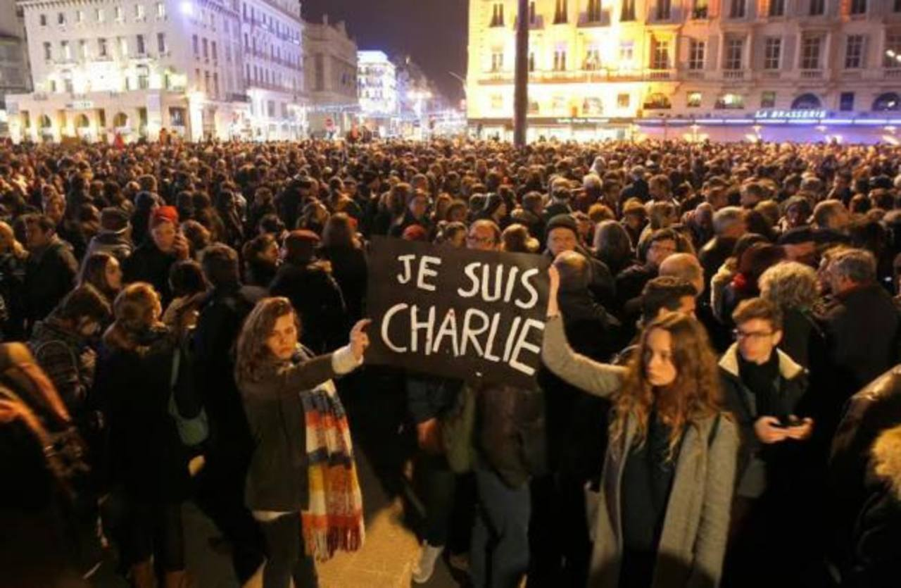Miles de personas se reúnen en la capital francesa tras el ataque terrorita a periódico satírico