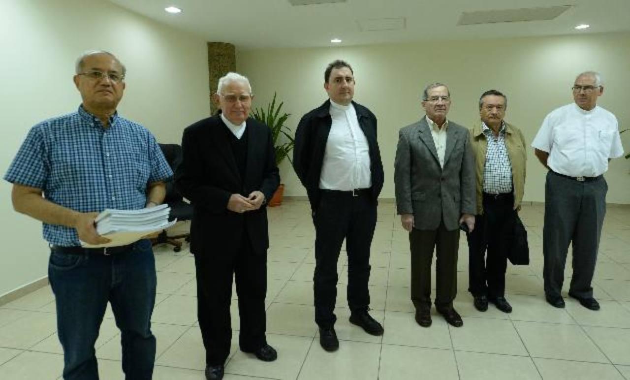 La comisión de sacerdotes y feligreses presentó más de 4 mil firmas para solicitar el terreno. Foto EDH / Marlon Hernández