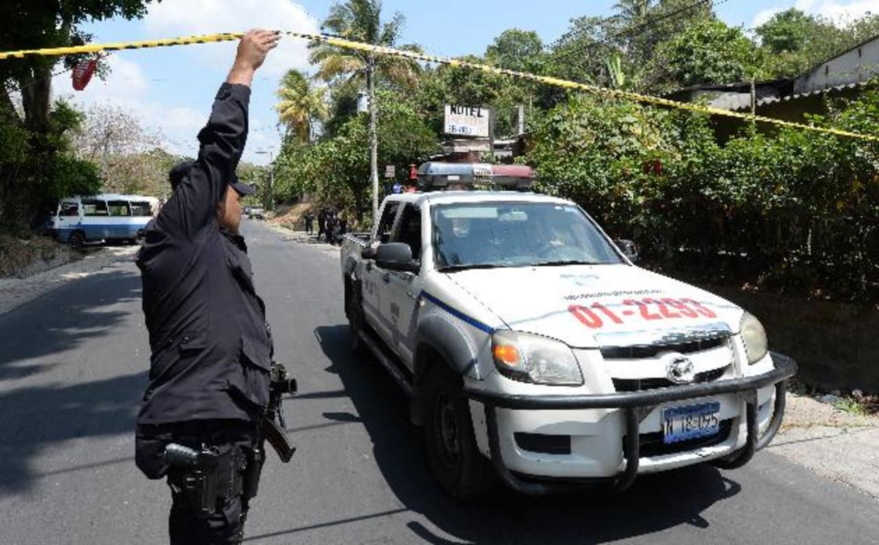 Ayer la violencia causó las muertes de no menos siete personas hasta en horas del mediodía. Un motorista de microbús de la Ruta 140 fue asesinado en San Martín. foto edh / jaime anaya