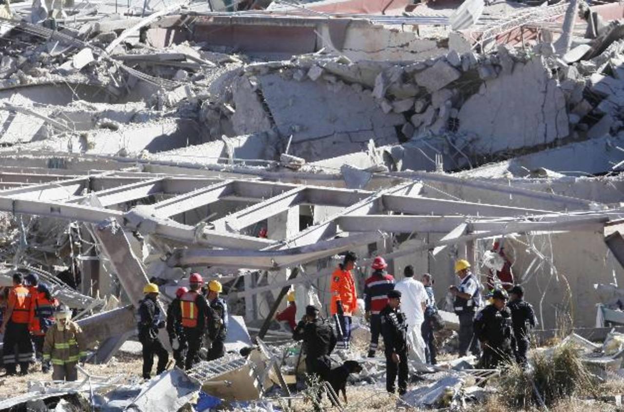 Personal de Protección Civil, policías y bomberos realizan las labores de rescate en el hospital Materno Infantil donde se registró la explosión de un camión cisterna de gas. foto edh / efe