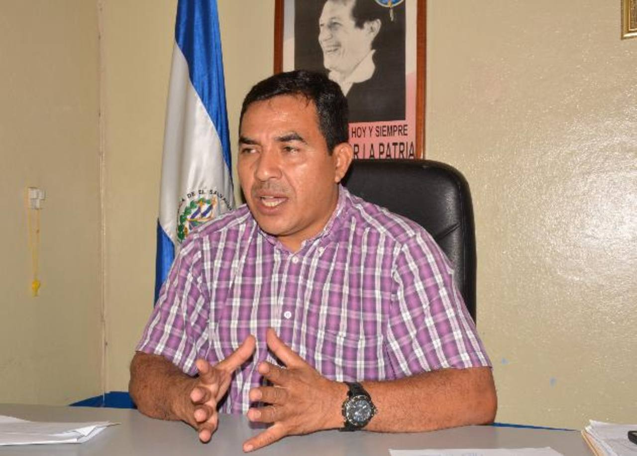 El alcalde Eliseo Marroquín pretende abastecer a siete comunidades a través del pozo que perforó. Foto EDH / Cristian diaz