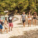 Las modelos y el equipo de producción durante una jornada de trabajo en la playa puertorriqueña. foto EDH
