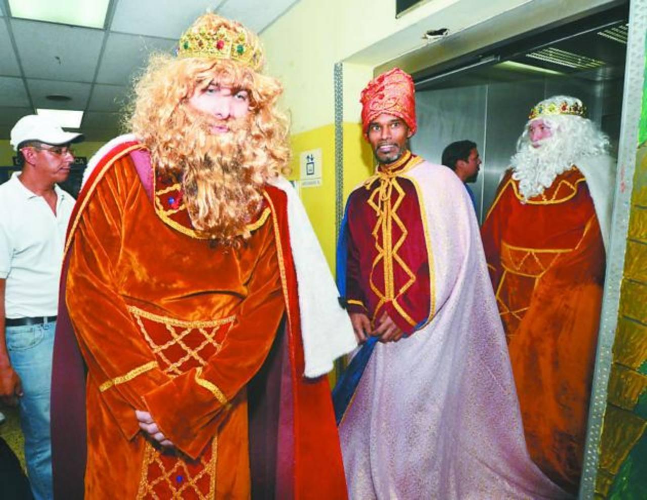 Los Reyes Magos ingresan al Hospital Bloom a entregar los regalos.