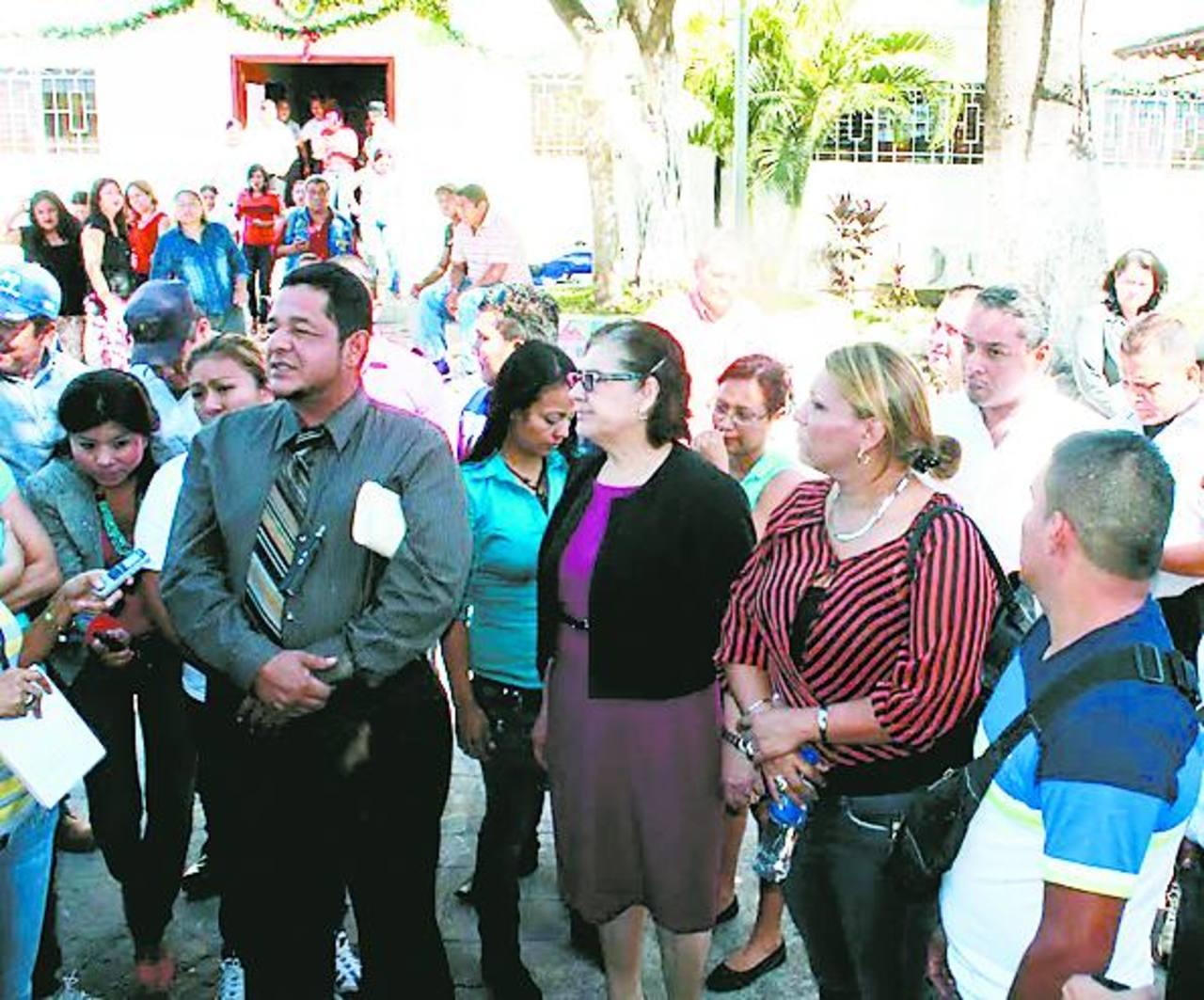 La alcaldesa Juana Lemus de Pacas y el síndico William Ramírez se reunieron con los manifestantes. foto edh / cortesía