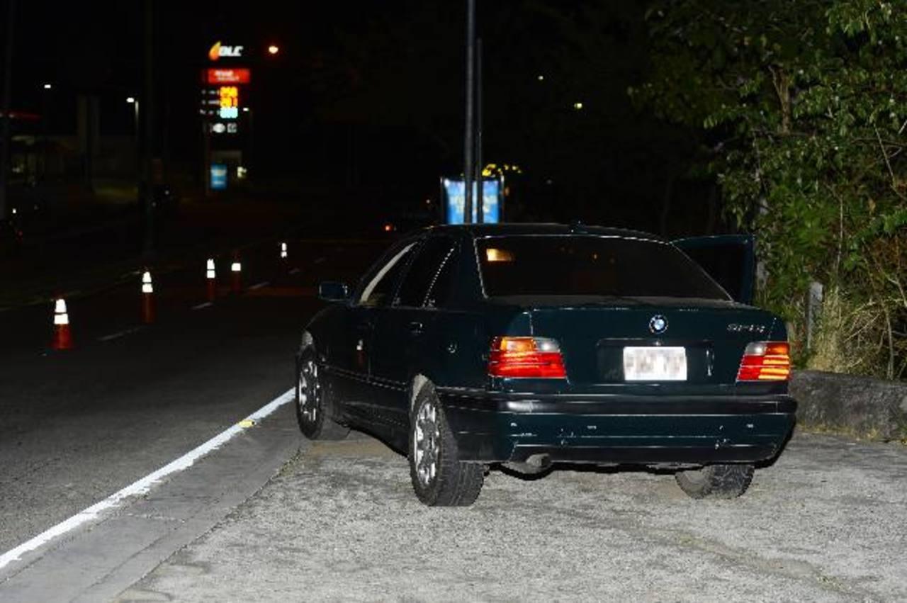 Una persona fue asesinada en este vehículo cuando se opuso a que se lo robaran. Foto EDH / René Estrada.