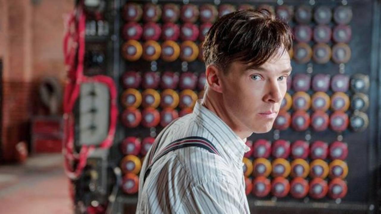 """Benedict Cumberbatch no logró llevarse un Globo de Oro, pero quiere triunfar en los Óscar, el premio más importante. Alan Turing (Benedict Cumberbatch) y Joan Clarke (Keira Knightley) buscan descrifrar el enemiga en """"The Imitation Game""""."""
