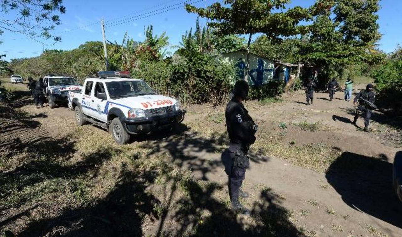 Policías en lotificación Villa de San Roque, Chalchuapa, en operativo de búsqueda de mareros de la MS vinculados al asesinato de un agente, el viernes anterior. Foto EDH / Jaime Anaya