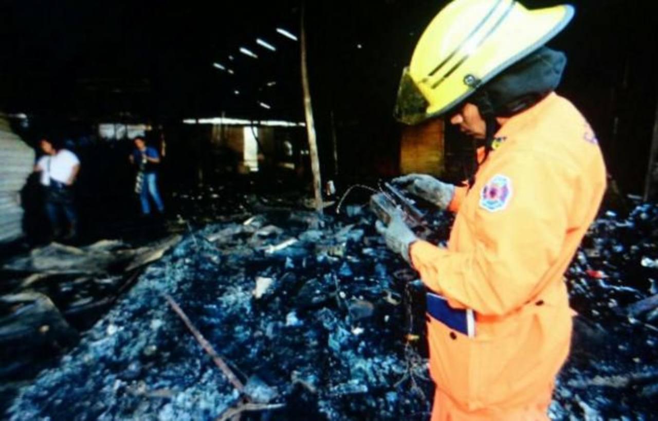 Bomberos investigaba las causas del incendio en el Mercado Central.