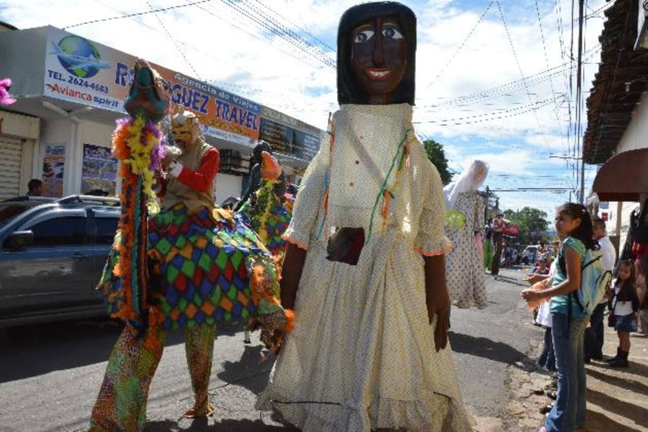 Los personajes tradicionales, como la Gigantona de Jocoro, no faltarán en las diferentes actividades. Foto EDH / archivo