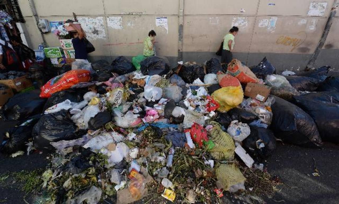 Mejicanos se ha llenado otra vez de basura debido a que Mides no les está recibiendo los desechos en el relleno de Nejapa. Foto EDH / Jaime anaya