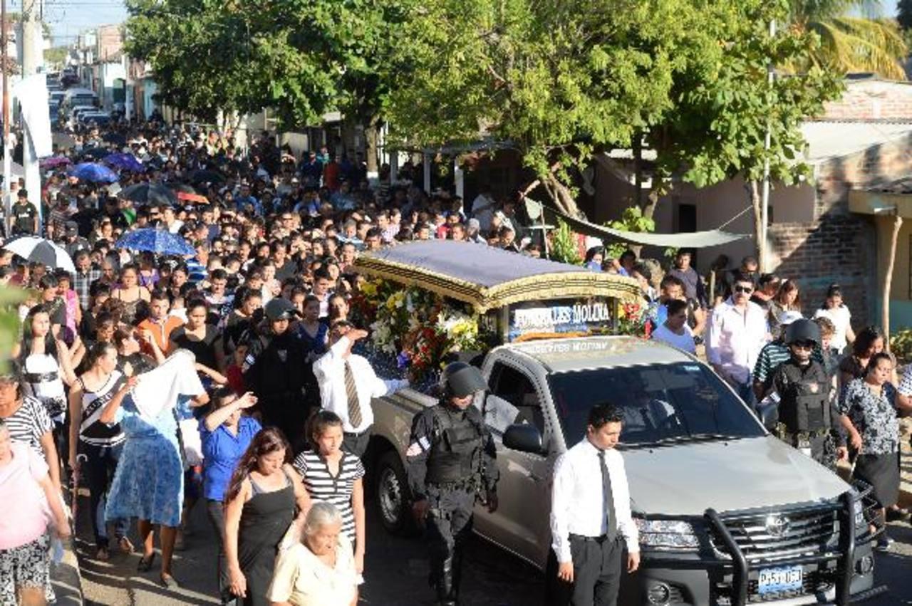 Decenas de personas acompañaron a los familiares del cabo de la UMO, Justo Gil Espinoza. Fotos EDH / Marlon Hernández.