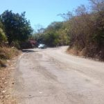 A los residentes y automovilistas se les complica la circulación por la vía, más en invierno que acumula charcos y lodo. Foto edh / insy Mendoza