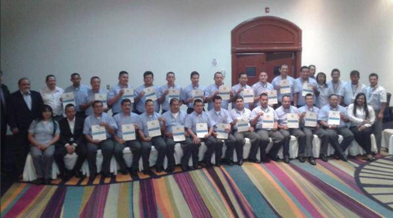 Gradúan primera promoción de conductores del Sitramss