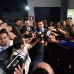 El fiscal general es entrevistado pro periodistas