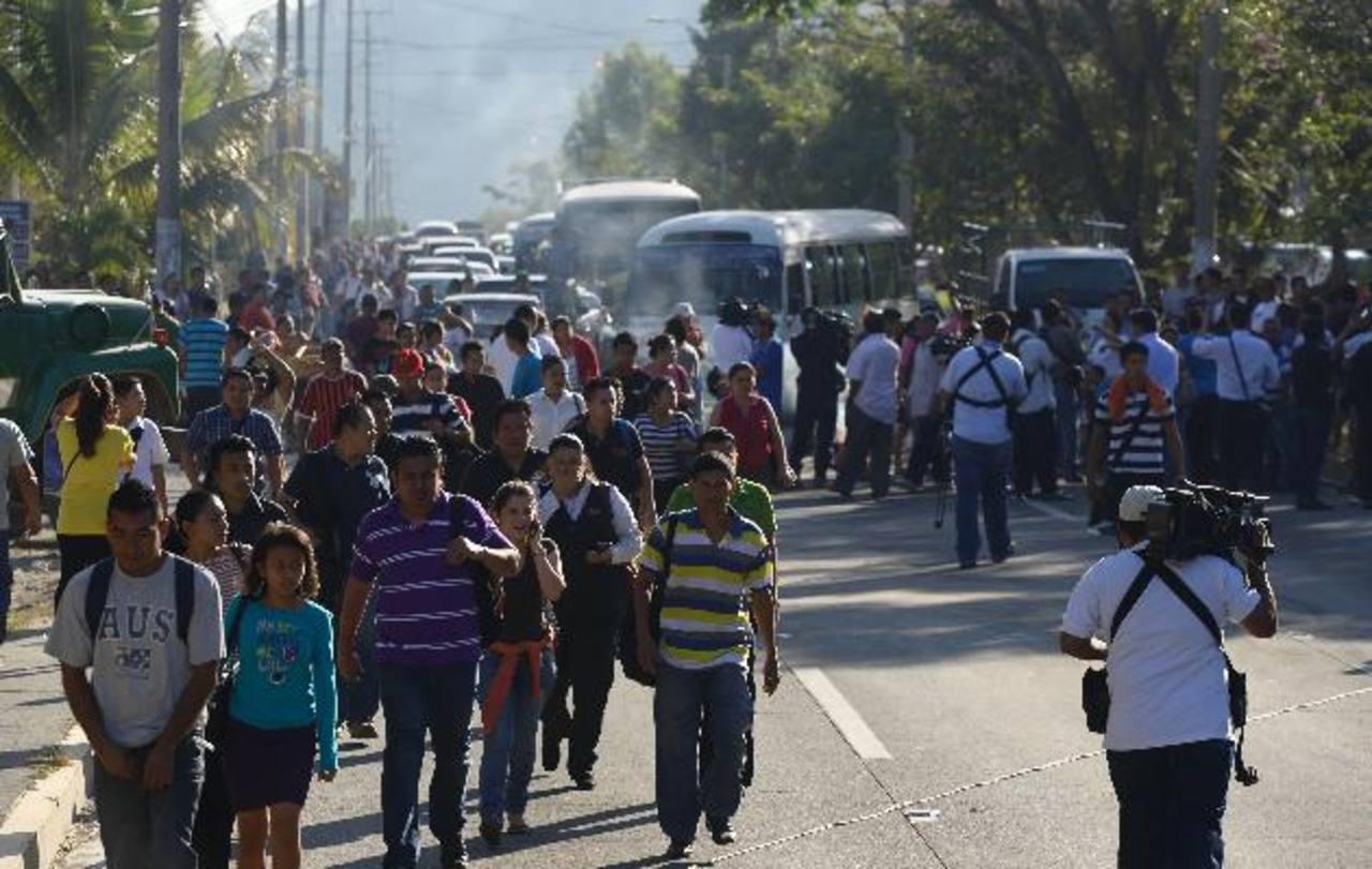 Los usuarios del transporte colectivo se vieron obligados a caminar para llegar a sus trabajos. Algunos hasta recorrieron dos kilómetros, como máximo, por el bloqueo.