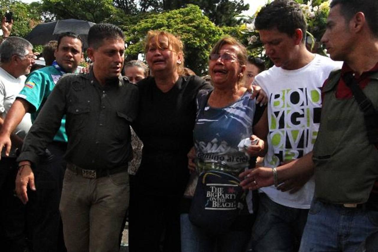 Vivian Núñez (de negro), madre del joven de 14 años asesinado el martes, durante el funeral de su hijo, en San Cristóbal. foto edh / ap