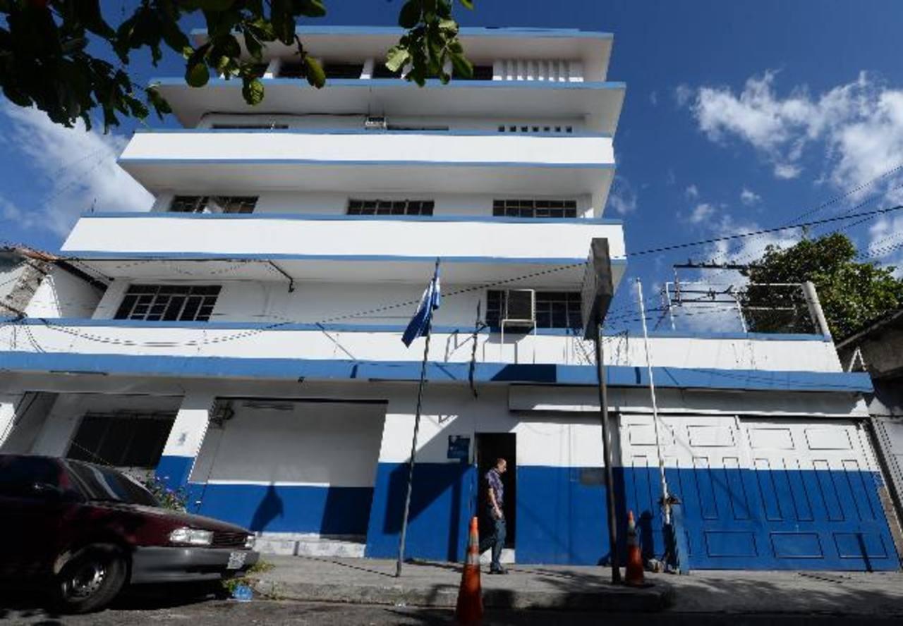 Policía alquila el edificio que ocupa la Delegación Centro de San Salvador desde hace cinco años. Anteriormente, la referida guarnición se localizaba cerca del Parque Centenario, los alquileres van de 80 a más de diez mil dólares. Foto EDH/Marlon Her