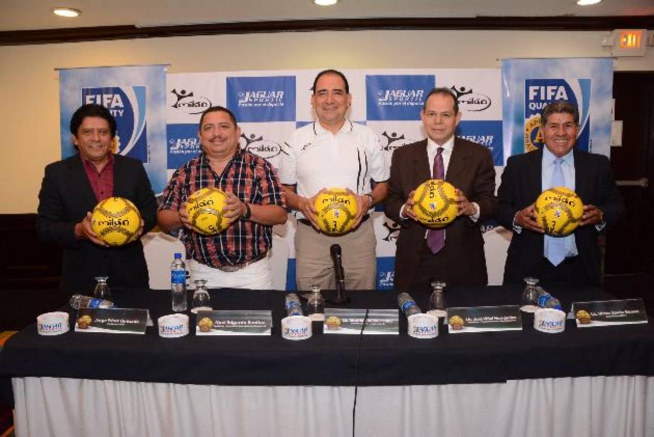 Representantes de la empresa y dirigentes muestran el balón Milán Thermo Pro, aprobado por la FIFA. Foto EDH / Mario Díaz