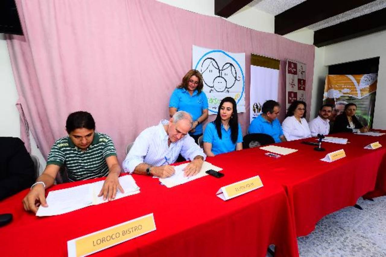 Loroco Bistro, El Pescador, Juan Valdez, entre otros, firmaron el convenio con Paraíso Down. Foto EDH / Omar Carbonero