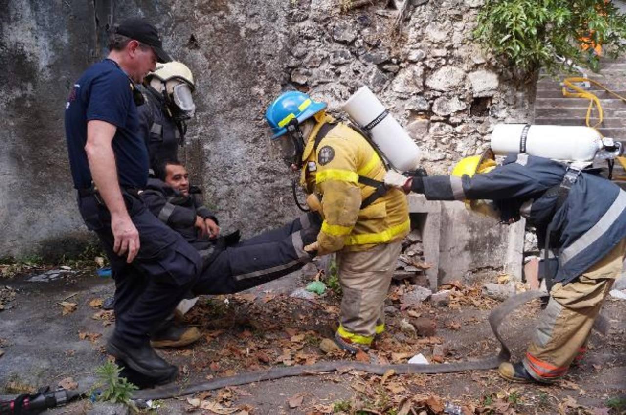 Como parte de la capacitación, los participantes practicaron ejercicios de rescate de personas afectadas tras incendios.