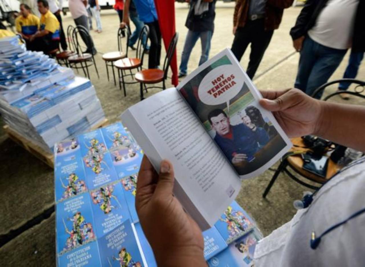 Un profesor muestra una página de la Constitución ilustrada de la República Bolivariana de Venezuela. foto edh / internet