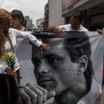 Lilian Tintori sosteniendo una pancarta en apoyo a su esposo Leopoldo López.