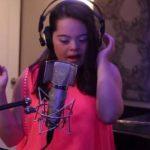 """VIDEO: Niña con síndrome de Down sorprende interpretando """"All of me"""""""