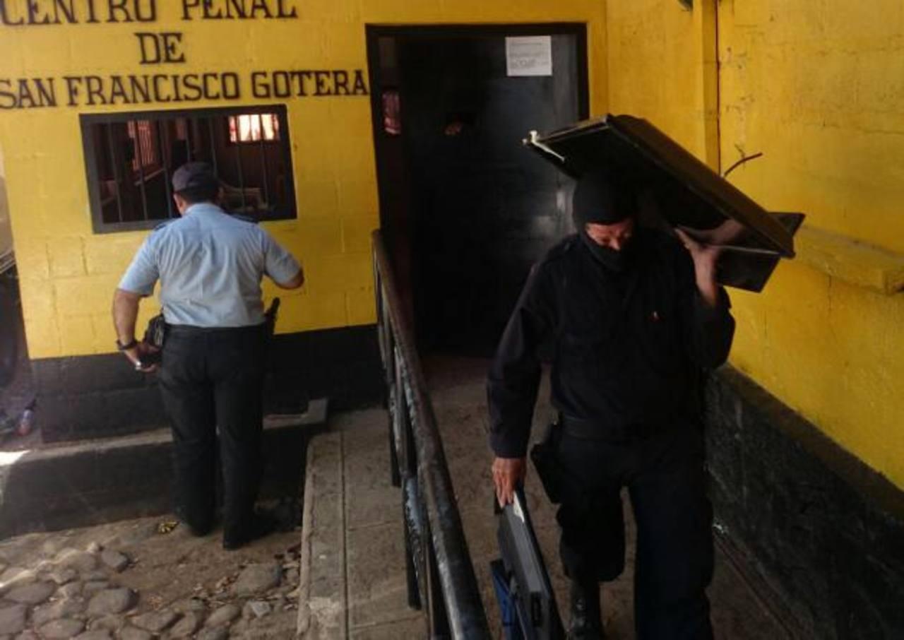 El martes, televisores y otros artículos de entretenimiento fueron decomisados en el penal de Gotera. Foto EDH / archivo
