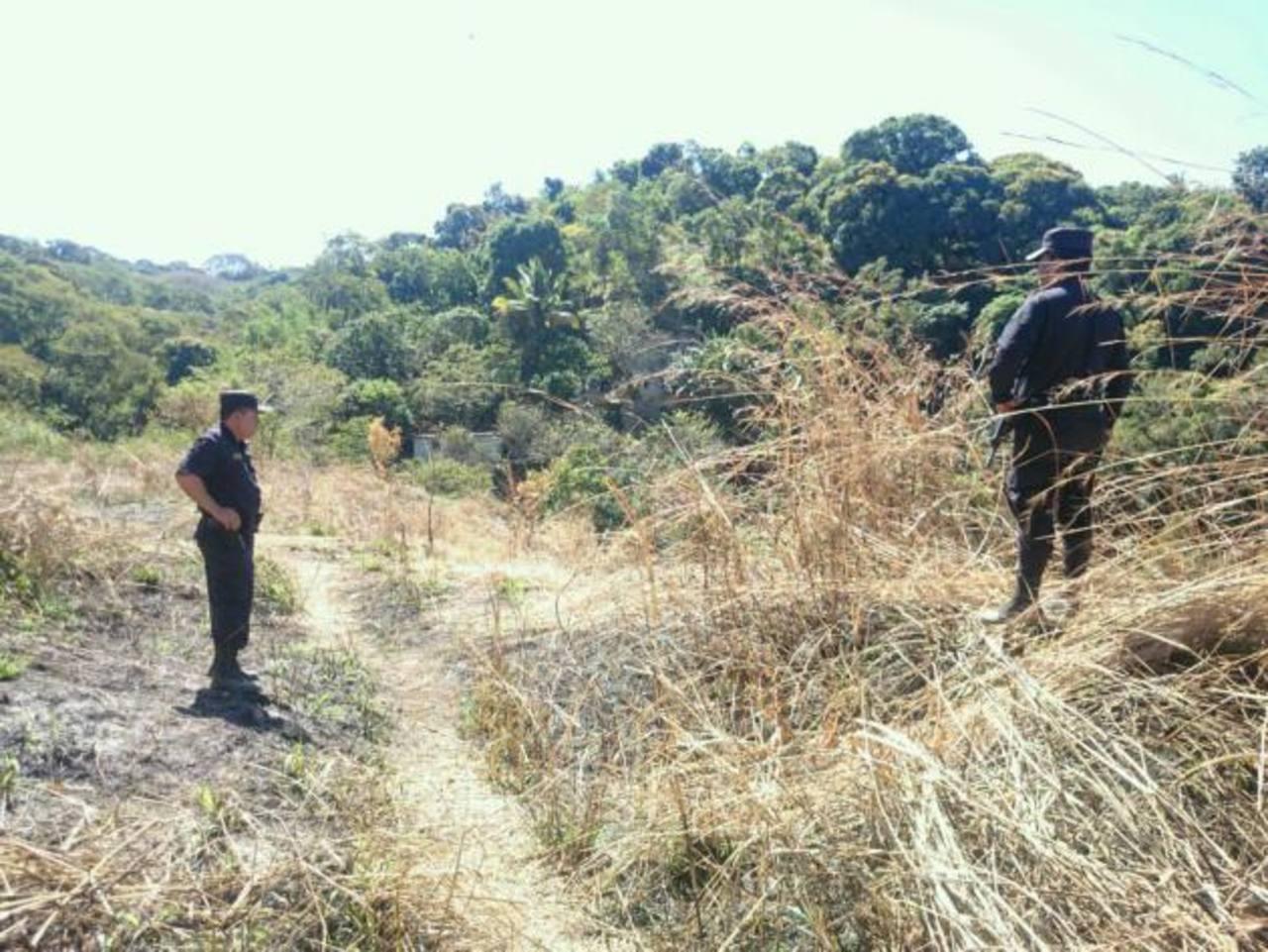 La PNC custodia escena donde encontraron los cinco cadáveres.