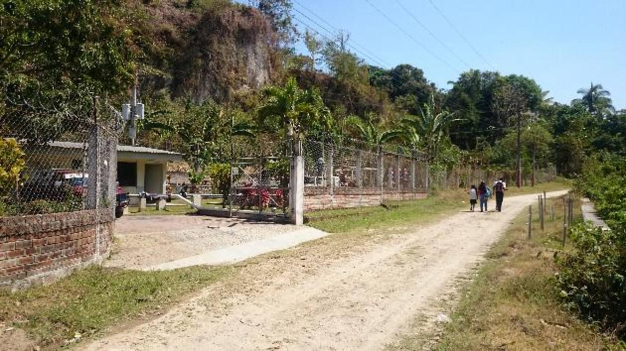 Vista frontal de la estación de bombeo de agua de Acosama, en el caserío Pasunteo.