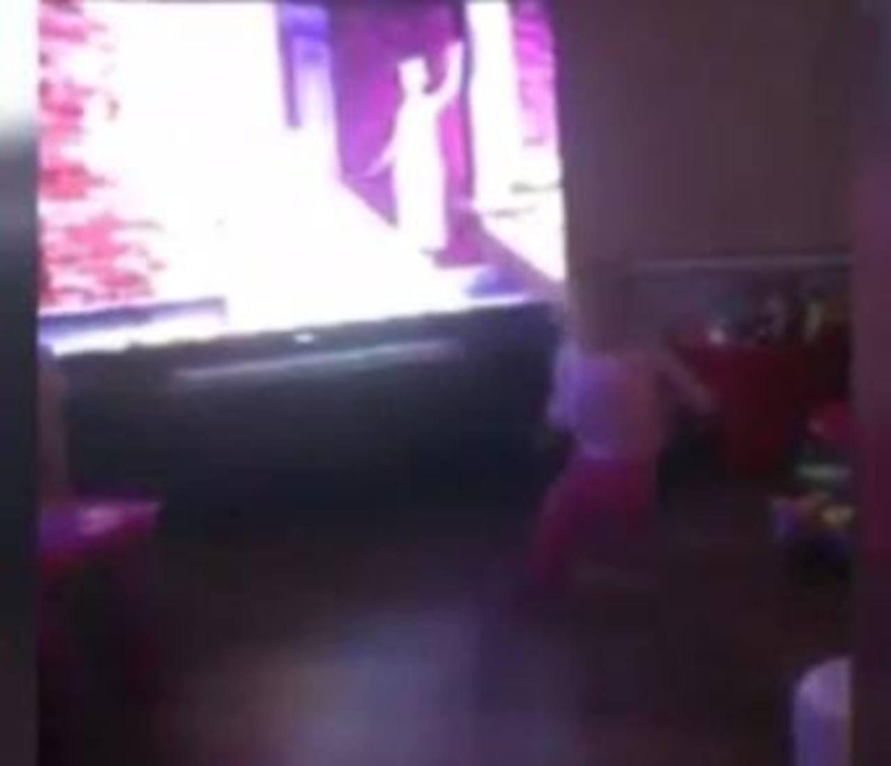 VIDEO: Fuerza inexplicable arroja a una bebé al suelo
