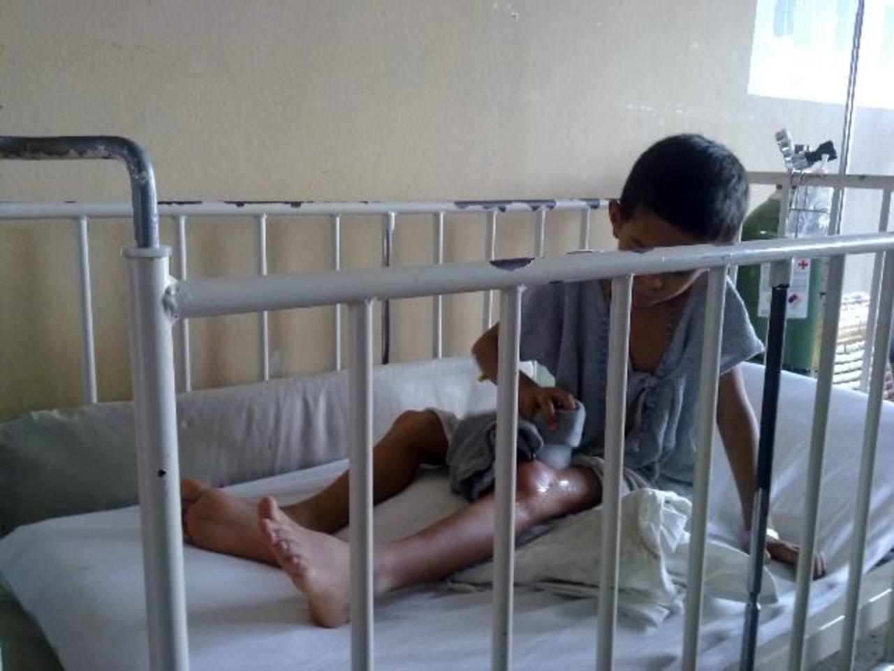 Un niño con hemofilia se frota una rodilla con hielo en el hospital Bloom. Foto EDH