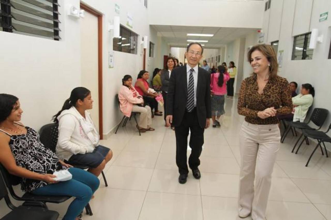 En la visita, el funcionario realizó un recorrido por las instalaciones, donde conoció los servicios. foto edh / Cortesía